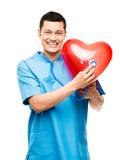 Stående av den lyckliga asiatiska doktorn som lyssnar till hjärtslaget  Arkivbild