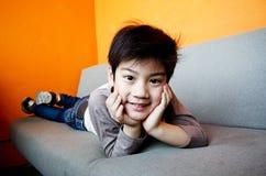 Stående av den lyckliga asiatiska gulliga pojken Arkivbilder