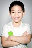 Stående av den lyckliga asiatiska gulliga pojken Arkivfoto