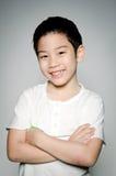 Stående av den lyckliga asiatiska gulliga pojken Arkivbild