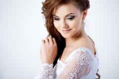 Stående av den lyckliga bruden i bröllopsklänningen, vit Royaltyfri Fotografi