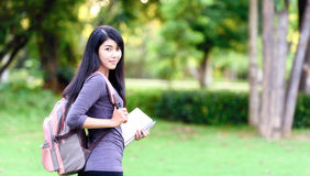 Stående av den lyckliga charmiga thailändska kvinnan royaltyfri fotografi