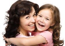 Stående av den lyckliga dottern med henne moder royaltyfri foto