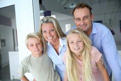 Stående av den lyckliga familjen Fotografering för Bildbyråer