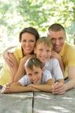 Stående av den lyckliga familjen royaltyfri bild