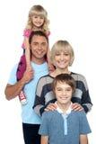 Stående av den lyckliga familjen av fyra personer Royaltyfria Bilder