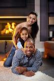 Stående av den lyckliga familjen av tre royaltyfri fotografi