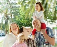 Stående av den lyckliga familjen för tre utvecklingar Arkivfoto