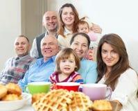 Stående av den lyckliga familjen för tre utvecklingar royaltyfri foto