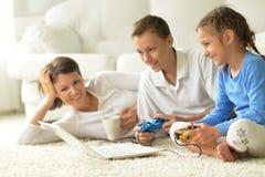 Stående av den lyckliga familjen med bärbara datorn Royaltyfria Bilder