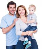 Stående av den lyckliga familjen med det lilla barnet Arkivfoton