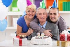 Stående av den lyckliga familjen på den 70th födelsedagen Royaltyfri Fotografi