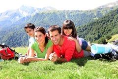 Stående av den lyckliga familjen på en tur i berg Royaltyfri Fotografi