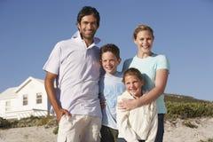 Stående av den lyckliga familjen på stranden Arkivfoto