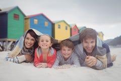 Stående av den lyckliga familjen som ligger på sand Royaltyfri Fotografi