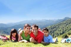 Stående av den lyckliga familjen som tycker om tur till berg Arkivfoto