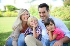 Stående av den lyckliga familjen som utomhus spenderar tid Royaltyfria Bilder