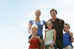 Stående av den lyckliga familjen utomhus arkivfoton