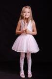 Stående av den lyckliga flickan i den vita klänningen arkivfoton
