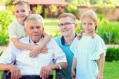 Stående av den lyckliga gamla farfadern och gulliga barn Royaltyfria Bilder