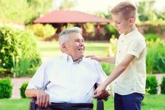 Stående av den lyckliga gamla farfadern och gulliga barn Arkivfoton
