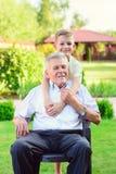 Stående av den lyckliga gamla farfadern och gulliga barn Royaltyfri Bild