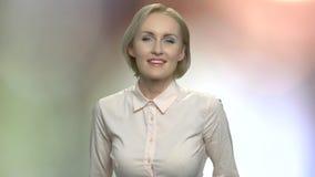 Stående av den lyckliga glade medelåldersa kvinnan stock video
