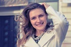 Stående av den lyckliga gladlynta härliga unga kvinnan, utomhus Fotografering för Bildbyråer