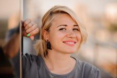 Stående av den lyckliga gladlynta le unga härliga blonda kvinnan, arkivbilder