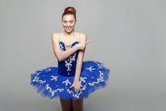 Stående av den lyckliga härliga ballerinakvinnan i blåttdräkt med royaltyfri foto