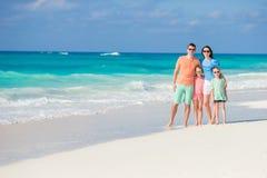 Stående av den lyckliga härliga familjen av fyra på en tropisk strand på karibisk semester Royaltyfria Foton