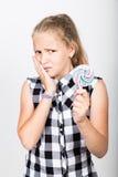Stående av den lyckliga härliga unga flickan med söta candys iklädd nätt ung flicka en plädskjorta flicka som rymmer a Royaltyfria Bilder