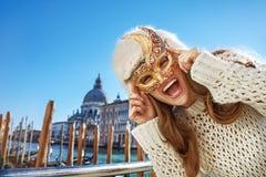 Stående av den lyckliga kvinnan i Venedig, Italien bärande Venetian maskering Royaltyfri Bild