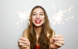 Stående av den lyckliga kvinnan med brinnande tomtebloss på studioskottet fotografering för bildbyråer