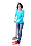 Stående av den lyckliga kvinnan med en golvmopp Fotografering för Bildbyråer