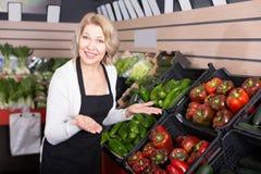 Stående av den lyckliga kvinnan som arbetar i livsmedelsbutik Royaltyfria Bilder