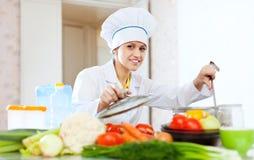 Stående av den lyckliga kvinnliga kocken Royaltyfri Foto