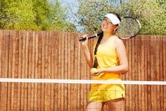 Stående av den lyckliga kvinnliga tennisspelaren Arkivbild
