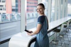 Stående av den lyckliga kvinnliga utövande användande mobiltelefonen arkivbild