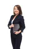Stående av den lyckliga le affärskvinnan med den bruna mappen Arkivbild