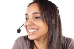 Stående av den lyckliga le gladlynta servicetelefonoperatören i hörlurar med mikrofon Royaltyfri Bild