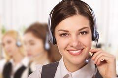 Stående av den lyckliga le gladlynta servicetelefonoperatören i hörlurar med mikrofon Royaltyfria Bilder