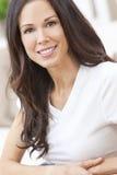 Stående av den lyckliga le härliga brunettkvinnan arkivfoto
