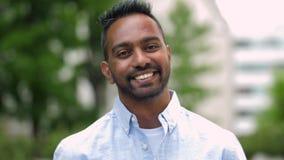 Stående av den lyckliga le indiska mannen utomhus lager videofilmer
