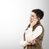 Stående av den lyckliga le kvinnan som talar på smartphonen Royaltyfri Fotografi