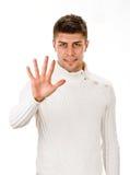 Stående av den lyckliga le mannen som visar fem fingrar Arkivfoto