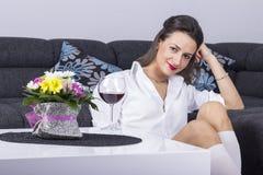 Stående av den lyckliga le unga attraktiva kvinnan Arkivfoto