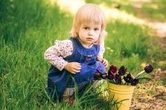 Stående av den lyckliga lilla blonda flickan arkivfoto