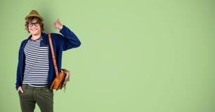 Stående av den lyckliga manliga hipsteren som gör en gest mot grön bakgrund Royaltyfri Bild