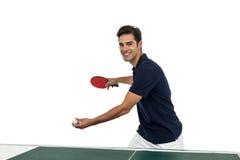 Stående av den lyckliga manliga idrottsman nen som spelar bordtennis arkivfoto